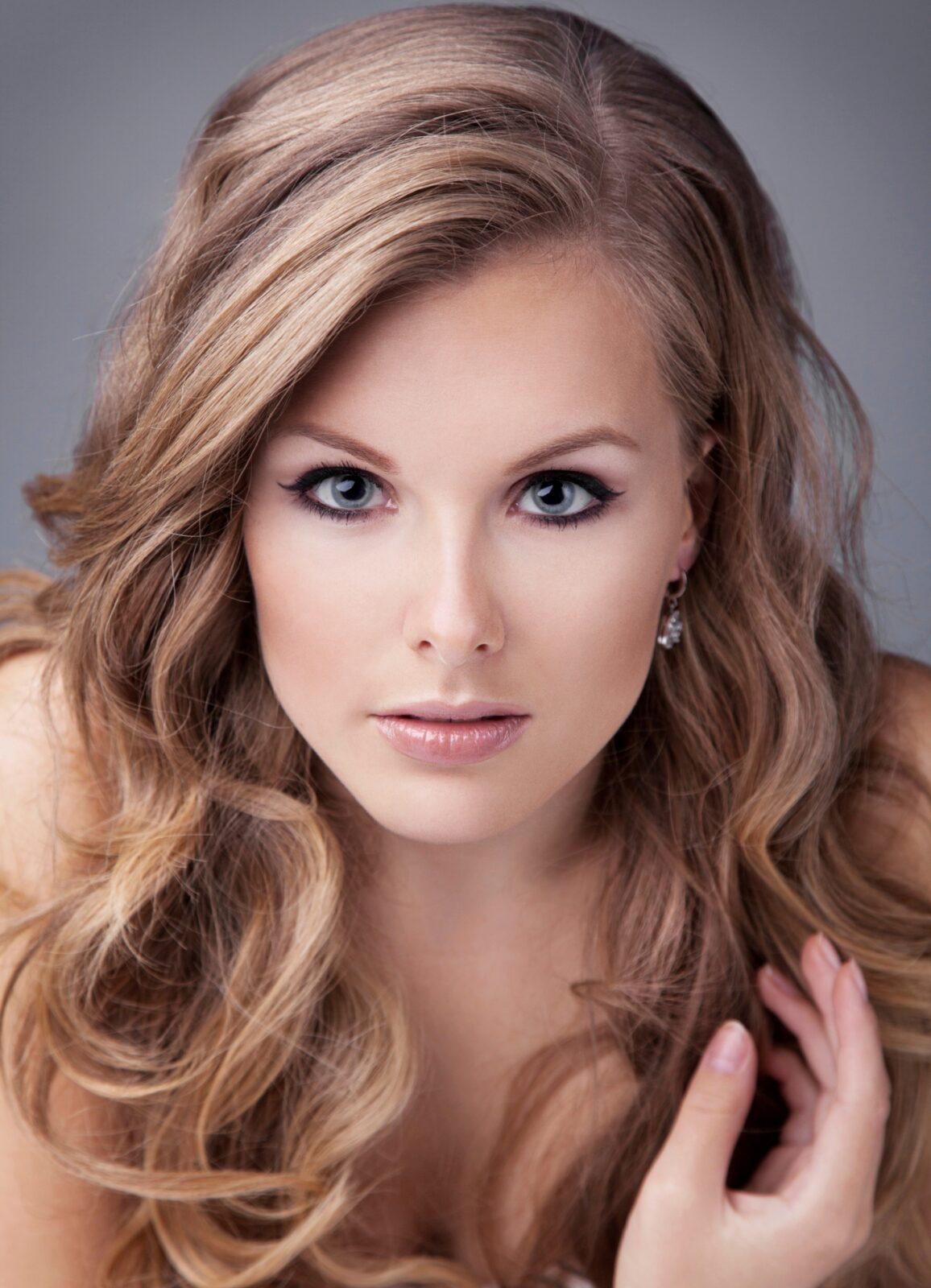 Какой цвет волос сделает визуально любую женщину моложе