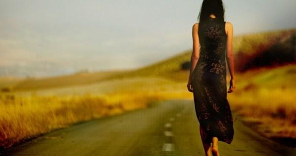 женщина уходит